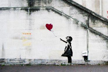messaggi politici e sociali sui muri della città