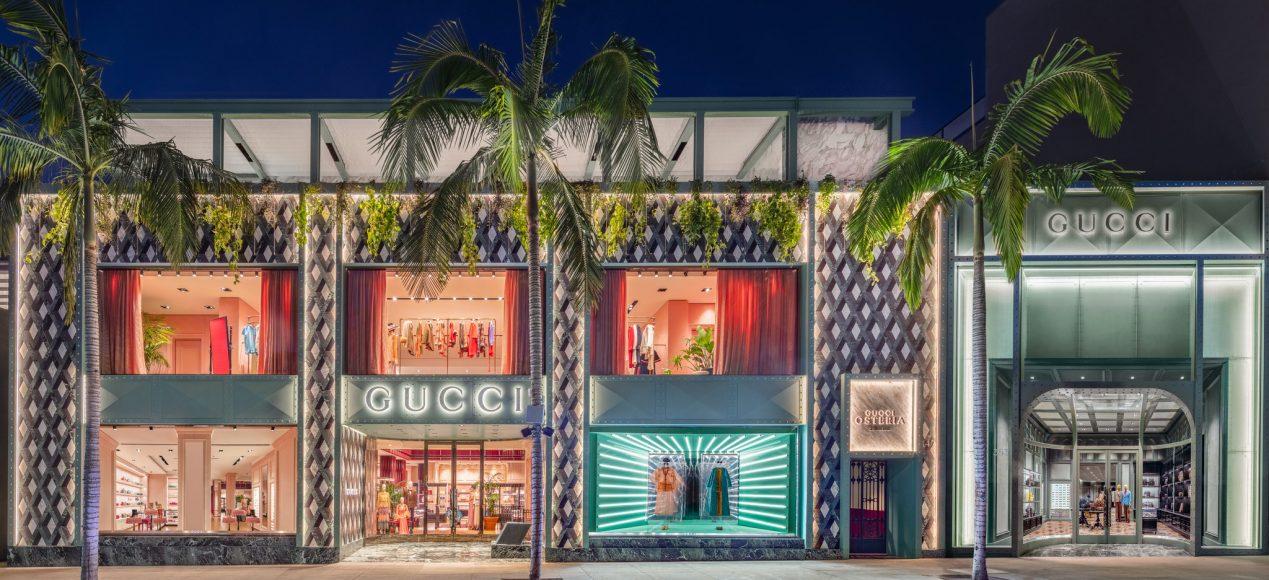 A sinistra del flagship, la Gucci Osteria  su Rodeo Drive.