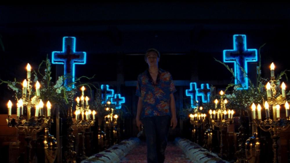 Scene che mostrano l'iconografia pop e il simbolismo religioso usati dal regista