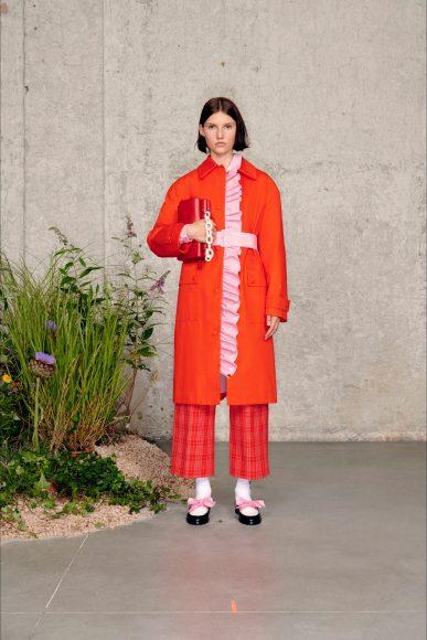 Completo con ruches che fuoriescono dall'impermeabile Fashion ShowsPrimavera Estate 2021MSGM