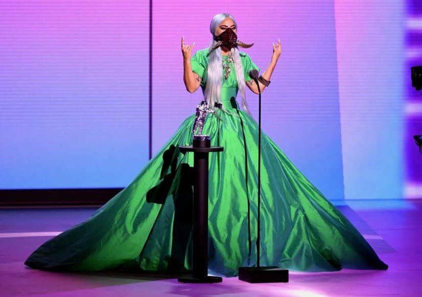 Lady-Gaga-in-abito-a-corolla-cangiante-di-Christopher-John-Rogers.