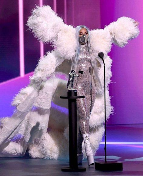 Lady Gaga angelo di Valentino Haute Couture autunno inverno 2020 2021.