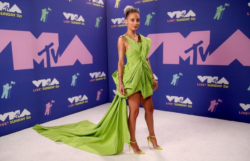 Nicole Richie in mini dress color lime di Cong Tri.
