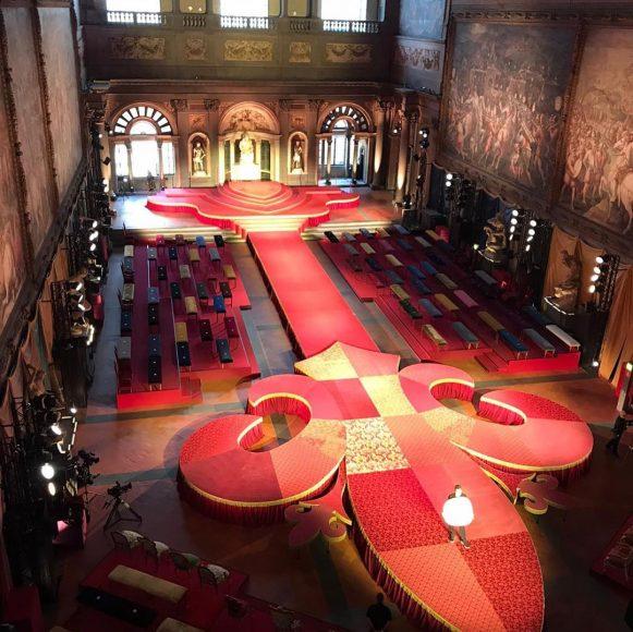 Passerella a forma di giglio per l' evento D&G a Palazzo Vecchio