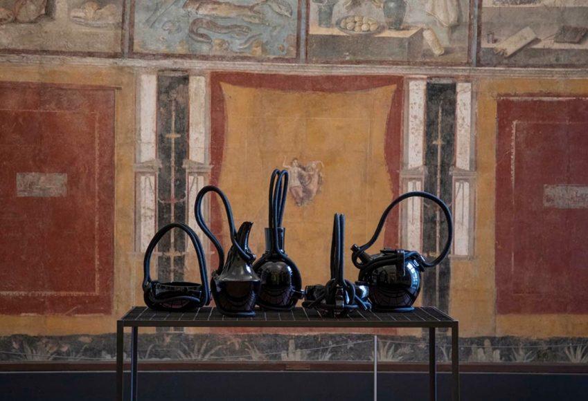 EDIT-Napoli-2020_Andrea-Anastasio-al-Museo-MANN-mostra-Aritmia_vasi-Ceramica-Gatti-1928