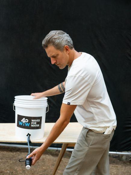 "Jon Rose, fondatore di ""Waves For Water"", collezione Dockers"