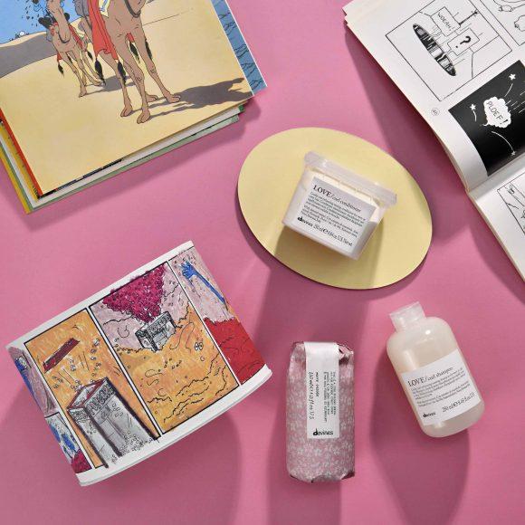 LOVE CURL BOX Il kit per capelli ondulati o ricci bisognosi di definizione ed elasticità Sadie immagina una macchina crea – popcorn ma, al culmine di questa fantasia, l'ingranaggio si inceppa. A tutto, però, c'è una soluzione! MINU BOX Il kit per capelli colorati bisognosi di lucentezza Sadie sogna di giocare con una balena, circondata dalle luminose tonalità del mare Il kit include: Essential Haircare MINU Shampoo (250 ml) Essential Haircare MINU Conditioner (250 ml) OI All In One Milk (135 ml) Prezzo al pubblico: 65,20 € LOVE SMOOTHING BOX Il kit dall'effetto lisciante per capelli crespi e indisciplinati Gelidi fiocchi di neve entrano nell'anima di Sadie e, magicamente, danno una vita a un'esplosione di calore, segno di amore e affetto Il kit include: Essential Haircare LOVE Smoothing Shampoo (250 ml) Essential Haircare LOVE Smoothing Conditioner (250 ml) OI All In One Milk (135 ml) Prezzo al pubblico: 65,20 € Il kit include: Essential Haircare LOVE Curl Shampoo (250 ml) Essential Haircare LOVE Curl Conditioner (250 ml) More Inside Siero Crea Ricci (250 ml) Prezzo al pubblico: 66,40 €
