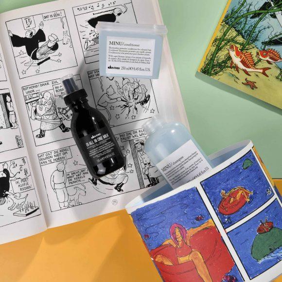MINU BOX Il kit per capelli colorati bisognosi di lucentezza Sadie sogna di giocare con una balena, circondata dalle luminose tonalità del mare Il kit include: Essential Haircare MINU Shampoo (250 ml) Essential Haircare MINU Conditioner (250 ml) OI All In One Milk (135 ml) Prezzo al pubblico: 65,20 €
