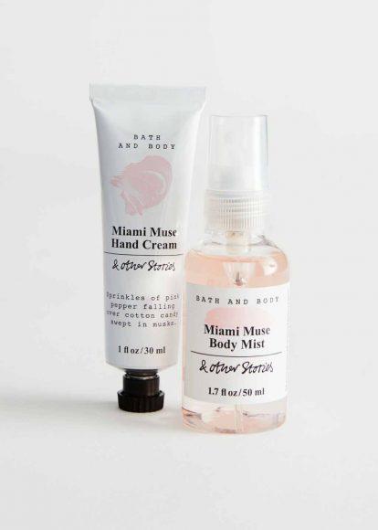 & Other Stories Miami Muse kit Pepe rosa, cotone, musk contraddistinguono Hand Cream e Body Mist in formato travel, perfetti per idratare mani e corpo, deliziandoli di profumate note olfattive. Prezzo al pubblico: 12 €