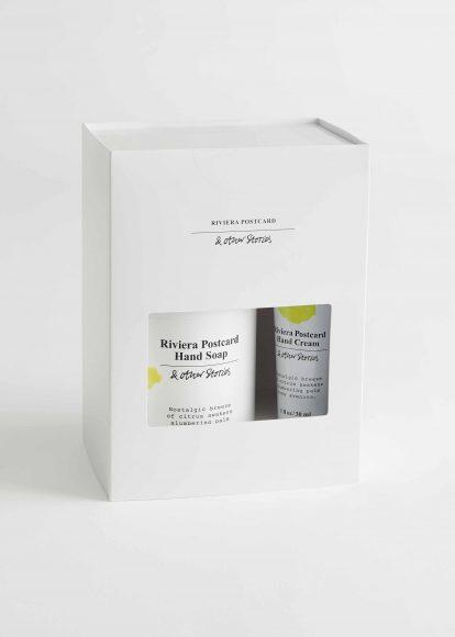 & Other Stories Riviera Postcard Hand Care kit Scorza di limone, vaniglia, zucchero rosa, caramello per Hand Lotion e Hand Cream che detergono e nutrono le mani con delicatezza. Prezzo al pubblico: 12 €