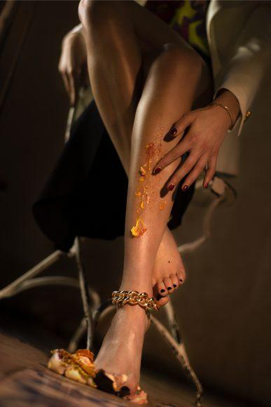 Giacca bianca con 4 bottoni oro piatti: Tagliatore 0205 Maglia corta lav. Jacquard floreale: Tesei Gonna lunga con spacco asimmetrico nera: Tesei Cavigliere oro: Favia Mardi
