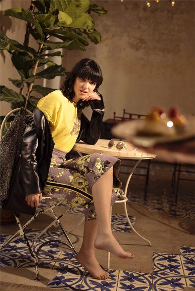 Giacca in pelle nera: Francesca Cottone T-shirt con intarsio floreale piazzato: Tesei Pantalone lilla in maglia con lav. Jacquard: Tesei Occhiale bianco con borchie: Valentino Borsa a sacco: MEM