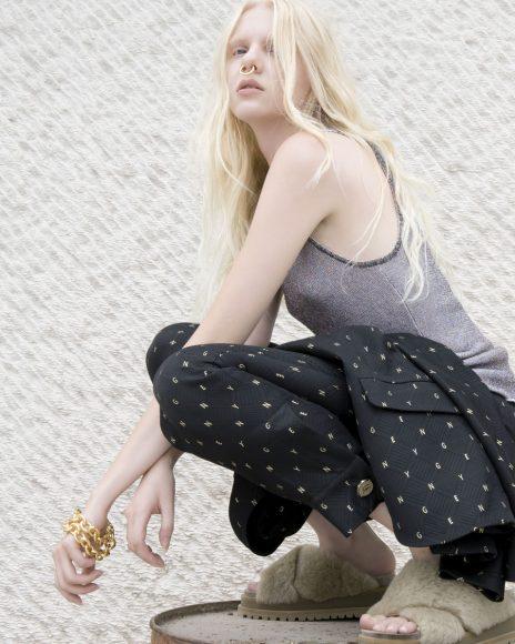 Susanna da sola in: -maglia Missoni  -completo Genny -scarpa HAZY -Collana e septum Federica Tosi